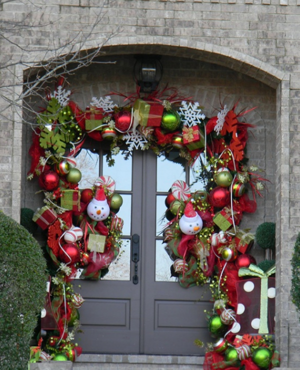 15 Christmas Doors With Flower Ornaments