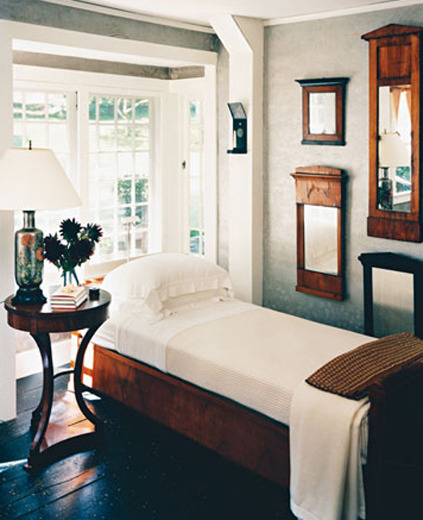 country-homes-with-classic-bedroom-furniture