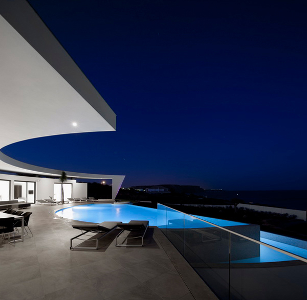 Modern and contemporary house with swimming pools for Modern contemporary swimming pools