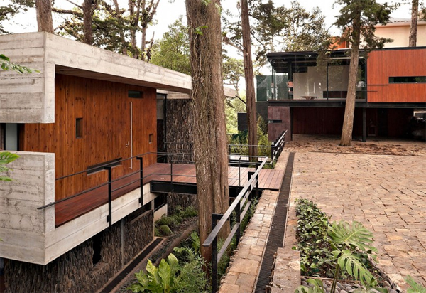 Modern tree house with small balcony in guatemala for Design my home