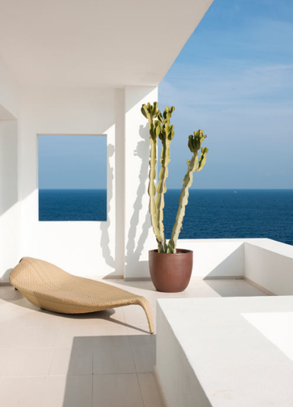 beach-house-with-balcony-furniture-by-juma-architects