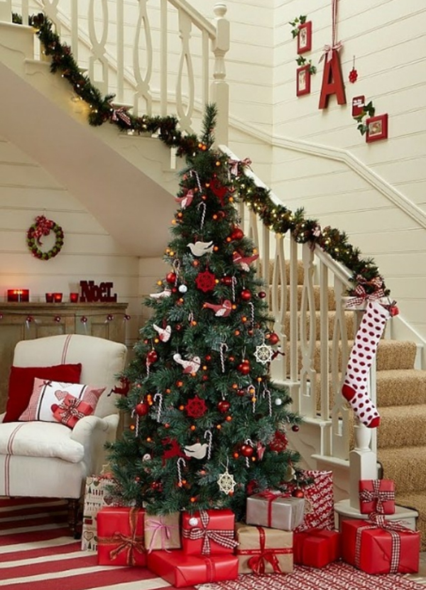beautiful-christmas-tree-with-stair-decoration