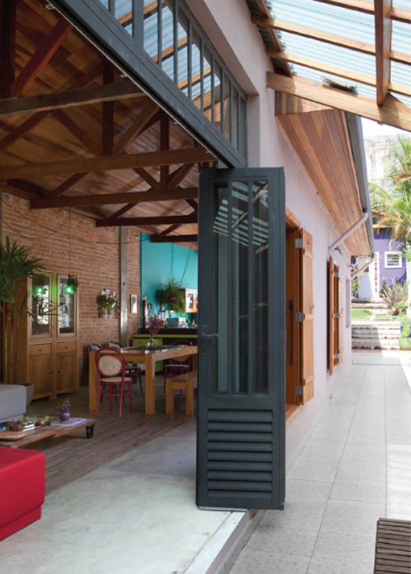 cozy-and-colorful-wooden-house-design-in-brazilian