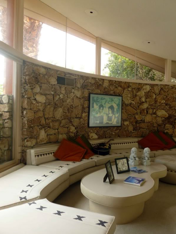elvis-honeymoon-house-with-livingroom-in-palm-springs