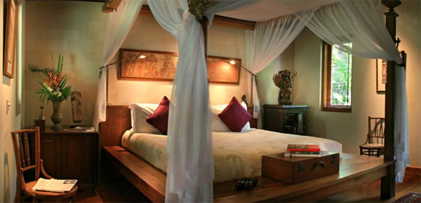 traditional-joglo-villa-with-bedroom-decor-in-seminyak