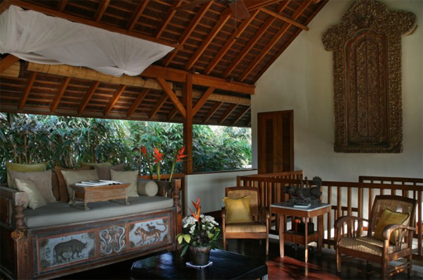 traditional-joglo-villa-with-living-room-design