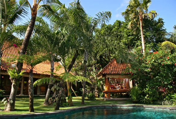 traditional-villa-house-with-swimming-pool-located-in-seminyak