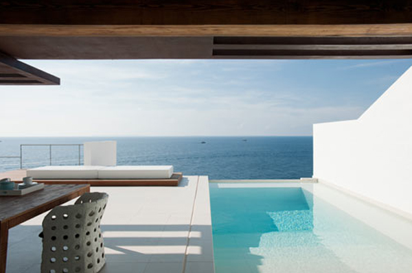 white-beach-house-located-in-spain