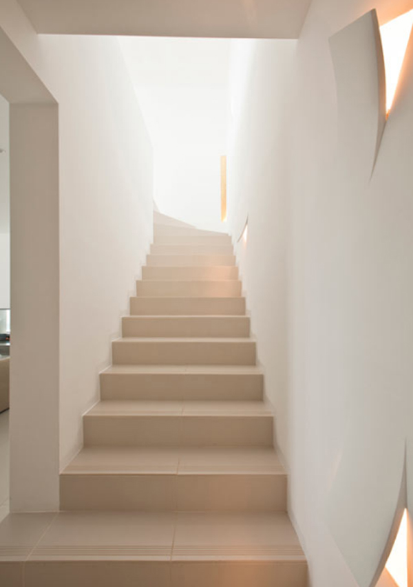 white-beach-house-with-staircase-design-by-juma-architects