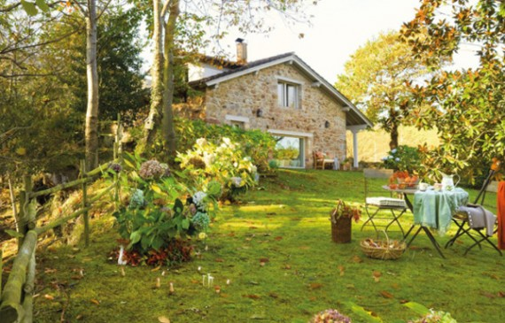 rustic-small-house-with-beautiful-garden