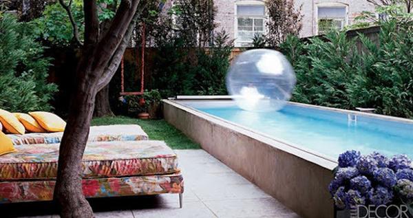 Small pool with outdoor furniture for Ideas para decorar un patio con piscina