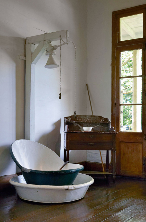 Inspiring bathrooms with original interiors home design and interior for Vintage bathroom designs