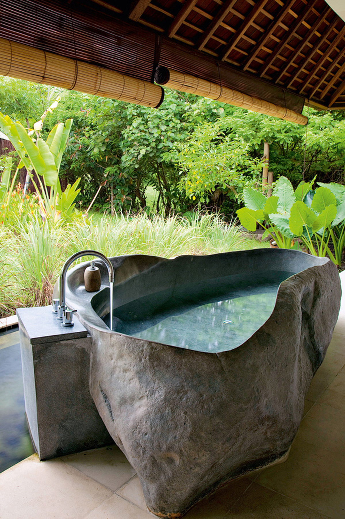 Stone bath in outdoor for Outdoor rock shower