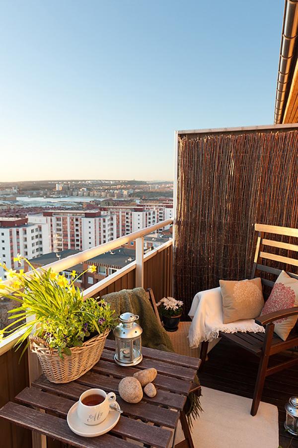 35 Small Balcony Gardens | HomeMydesign