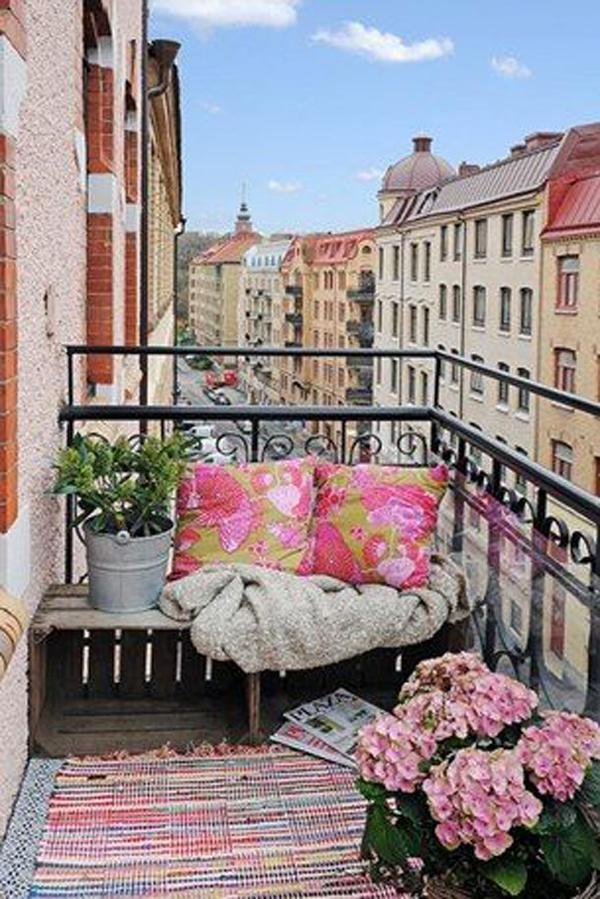 Balcony flower decor for Decorating apartment porch