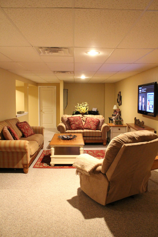 Basement family room with tv stand for Small entertainment room decorating ideas