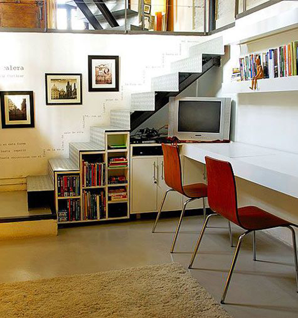 Tv understairs with bookshelf storage for Biblioteca debajo de la escalera