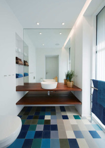 blue-and-neutral-bathroom-tile-floors   homemydesign