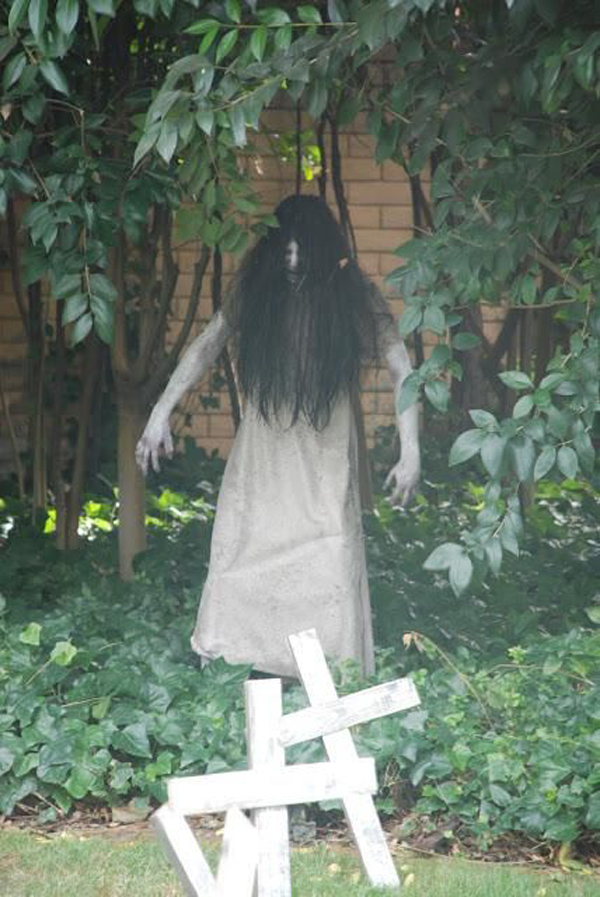 25 cool and scary halloween decorations home design and for Scary halloween home decorations