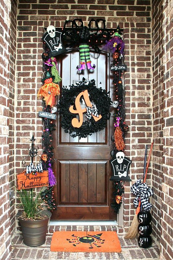 Beautiful halloween front door for Decoration porte halloween