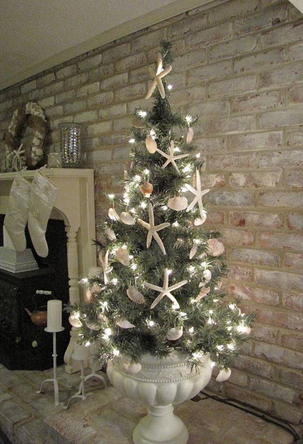 25 inspiring beach christmas decorations home design and for Miniature tree decorated with sea shells