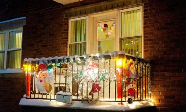 20 awesome christmas balcony ideas home design and interior for Balcony christmas lights ideas
