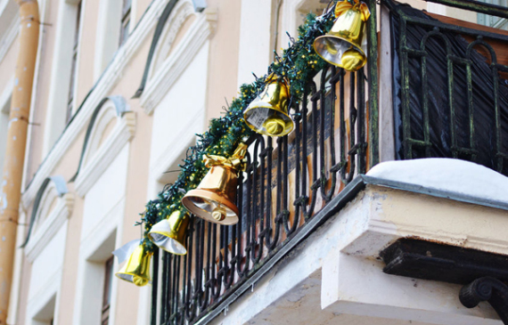 gold-christmas-balcony-decorating