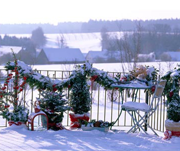 Winter christmas balcony view for Christmas balcony decorating ideas