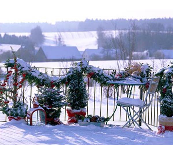 Winter christmas balcony view for Apartment balcony christmas decoration ideas