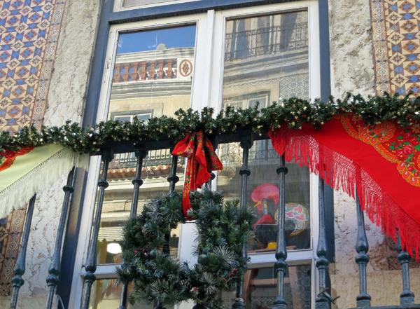 20 awesome christmas balcony ideas home design and interior for Apartment balcony christmas decoration ideas