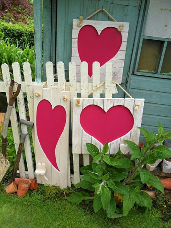 Heart valentine garden for Heart decorations for the home