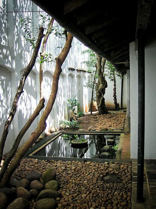 Cozy japanese courtyard with small ponds for Courtyard designs sri lanka