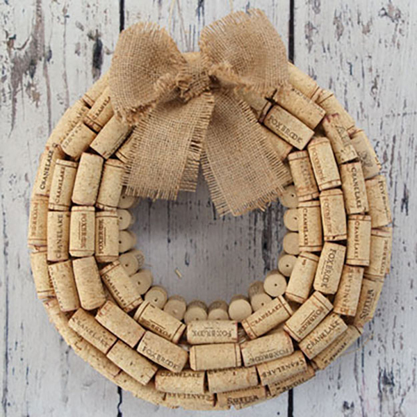 Simple diy wine cork wreath for Cool wine cork projects