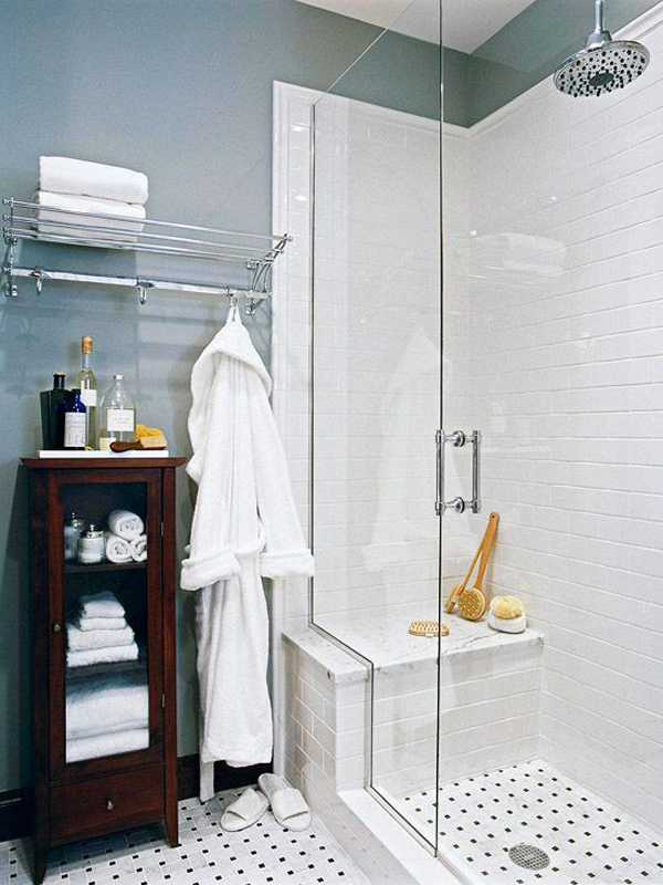 Tiny bsthroom with towel display ideas - How to display towels in bathroom ...