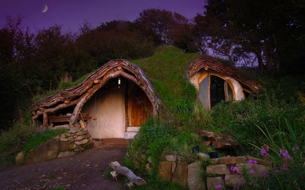 Simon Dale And Father In Law Build The Hobbit House Is In Four Months  (1000 1500 Hours) And Costs Only $ 4,600.