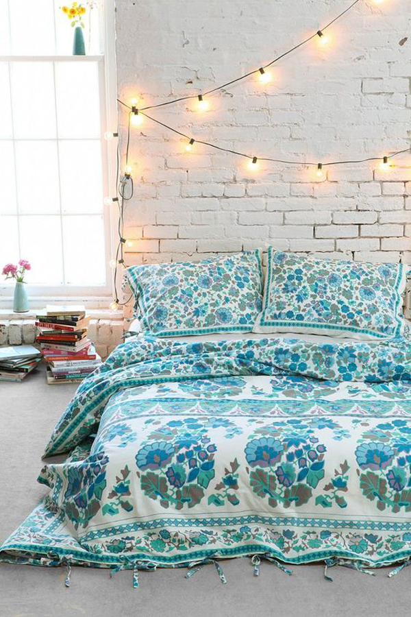 22 delightful diy string lights in the bedroom home for Chambre urban outfitters