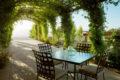 beautiful-and-natural-grape-arbor-decor