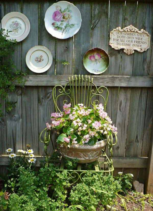 Vintage plates garden fence decoration for Home garden decoration