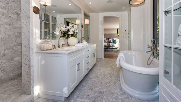 Cool and charming new homes from kendall jenner home for Kylie jenner bathroom photos