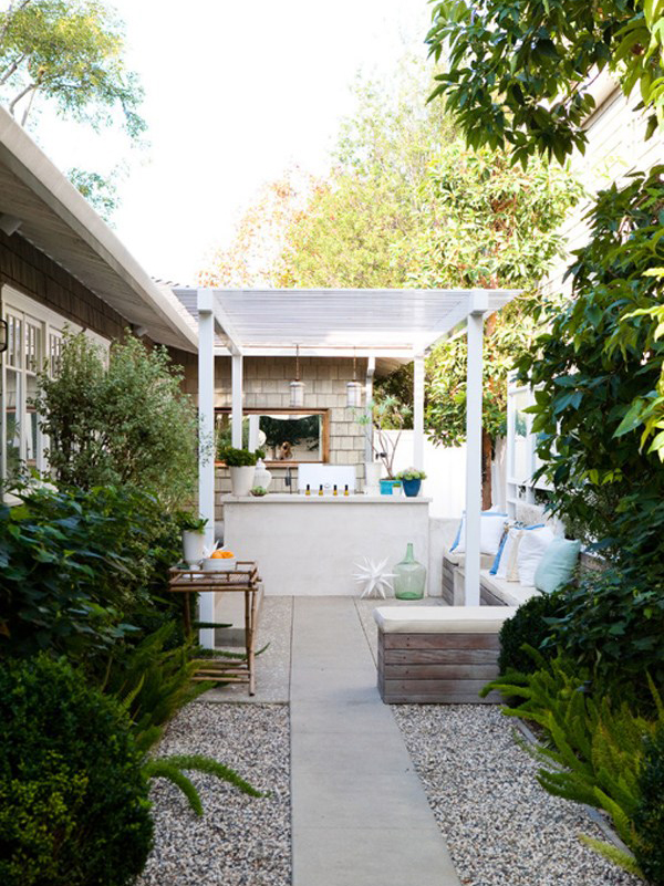 20 Lovely Backyard Ideas With Narrow Space | HomeMydesign on Narrow Yard Ideas id=38573