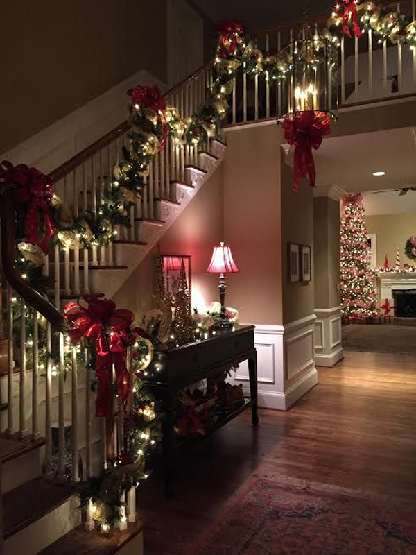 usually we decorate banisters for the decor as it did not deter from walking up and down a wreath is right remains the best choice you need to make your