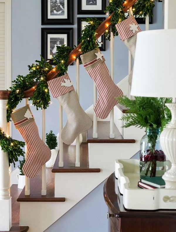35 amazing christmas staircase with banister ornaments for Hang stockings staircase
