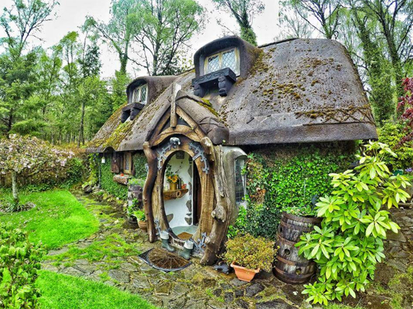Unique hobbit house with nature accents home design and for Hobbit house furniture