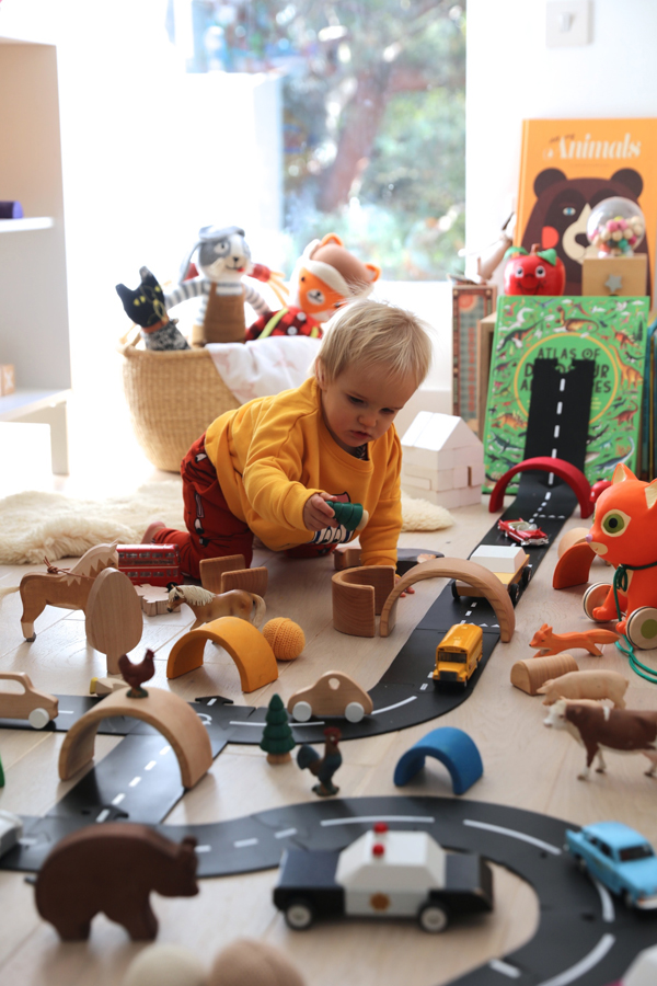 Awesome kids playroom decor with track for cars and toys - Ways to customize your car interior ...