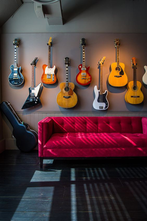 hang-guitar-in-the-wall-decorate