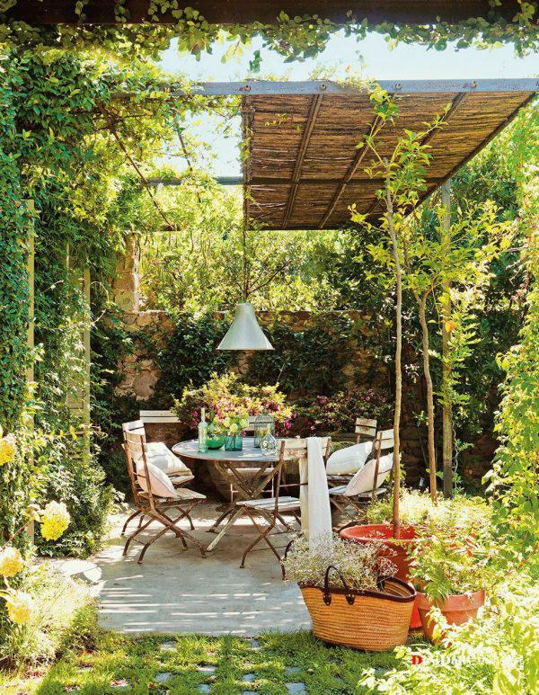 Cozy Outdoor Patio Garden With Dining Area
