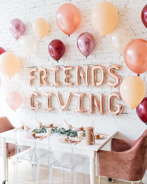 Beautiful-friendsgiving-table-decor-with-balloon-letters
