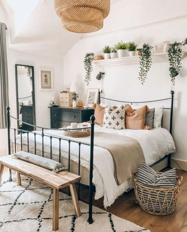 minimalist-boho-bedroom-with-rattan-chandelier - homemydesign