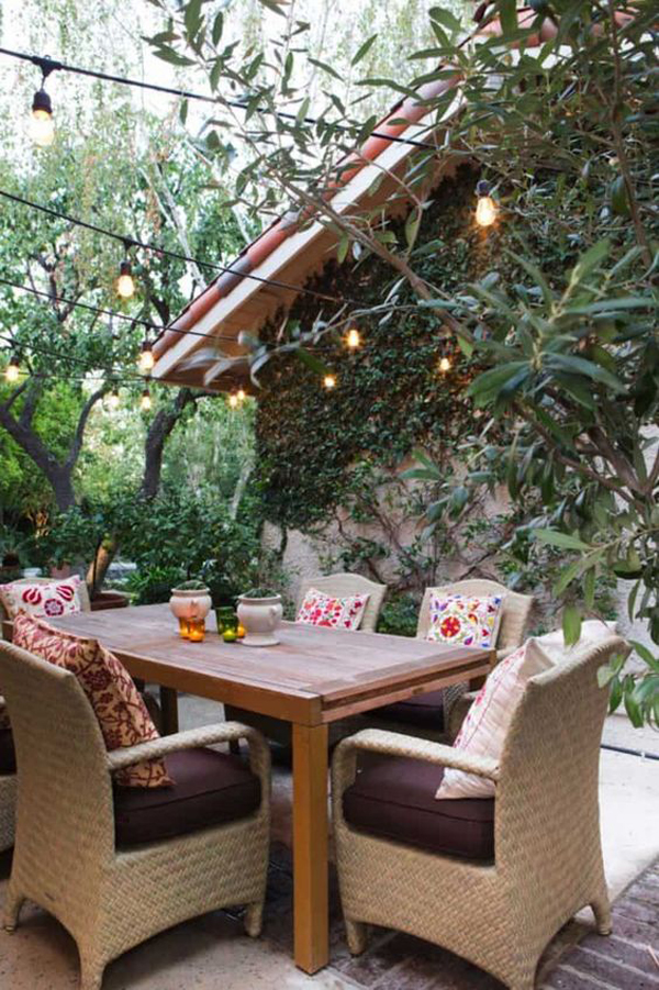 outdoor-dining-area-in-the-backyard