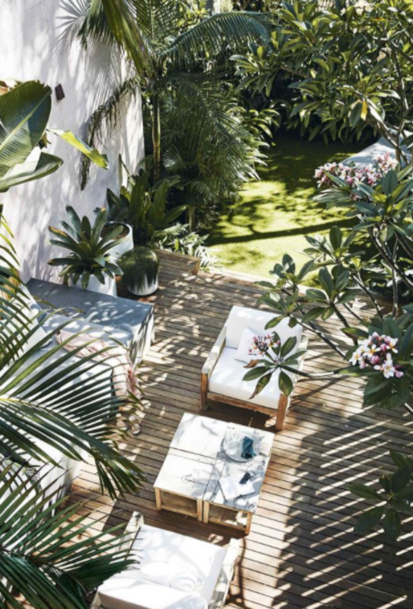 summer-garden-with-lounge-areas